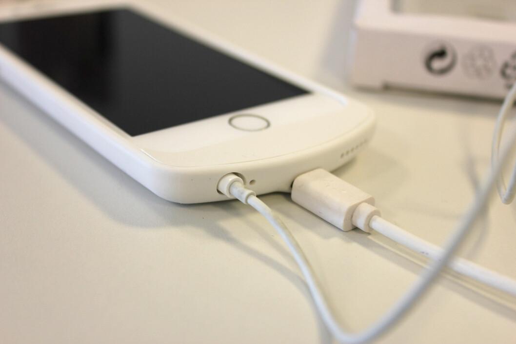 <strong><b>MIKRO-USB:</strong></b> Hvis du ikke er i nærheten av en trådløs lader, kan du lade iPhone med mikro-usb-kabel når dekselet er på. Foto: KIRSTI ØSTVANG