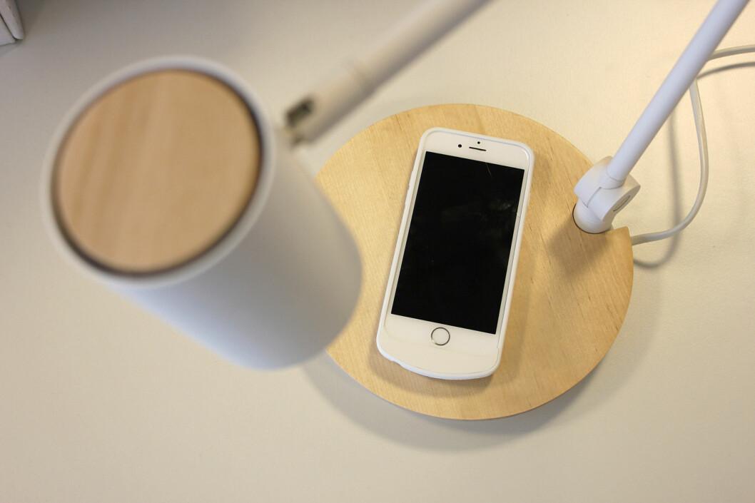 <b>FARVEL TIL KABELSTYRET?</b> Med Ikeas nye møbler kan du lade mobilen trådløst. Men hvor bra fungerer det? Foto: KIRSTI ØSTVANG