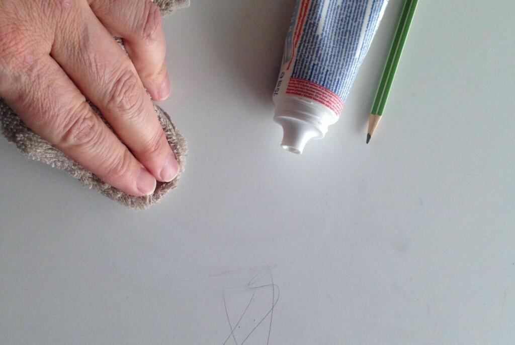 <b>NØDLØSNINGEN:</b> Vi prøvde først å fjerne blyantstrekene med vann uten særlig effekt. Tannkremen derimot, tar dem umiddelbart, og etterpå tørker vi vekk med lunkent vann. Bivirkningen er at det lukter friskt også. Foto: KAROLINE BRUBÆK