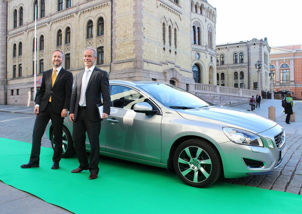 <strong><b>OVERBEVISER:</strong></b> Volvo slo et slag for ladbare hybrider allerede i 2012 og fikk politikerne (her Bård Vegard Solhjell fra SV og Jan Tore Sanner fra Høyre), med på laget. Foto: KNUT MOBERG
