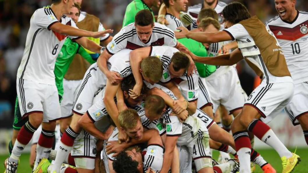 <strong> EN GLAD GJENG:</strong>  Den virkelige festen. Et helt tysk lag forsøker å klemme hverandre samtidig på Maracana.  AFP / Odd Andersen.