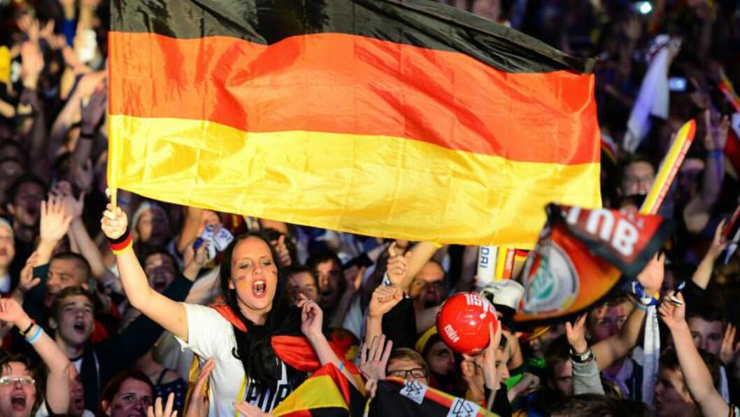 <strong> TYSK FLAGGFEST:</strong>  Den tyske fotballframgangen har gjort det greit å være nasjonalist igjen. For moro skyld. FOTO: AFP  / John Macdougall.