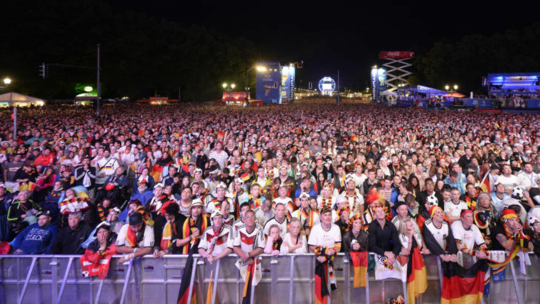<strong> TYSK TV-KOS:</strong>  Verdensmesterskapet i Brasil har slått alle tyske TV-rekorder. Her fra TV-kosen på Brandenburger Tor i Berlin. FOTO:  REUTERS/Fabian Bimmer.