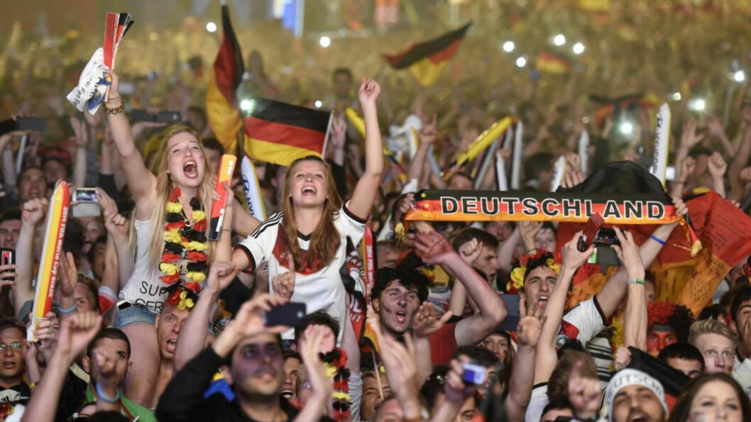 <strong> EN GLAD, VILL NATT I BERLIN:</strong>  Morsommere blir det ikke med fotball enn når Tyskland vinner tidenes beste VM. FOTO: Reuters/Fabian Bimmer .