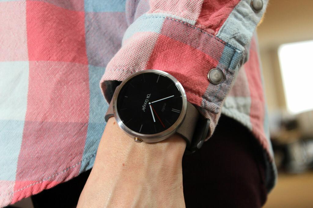 <b>STILIG:</b> Moto 360 er en av de desidert fineste smartklokkene, og ser ut som et vanlig armbåndsur. Foto: OLE PETTER BAUGERØD STOKKE