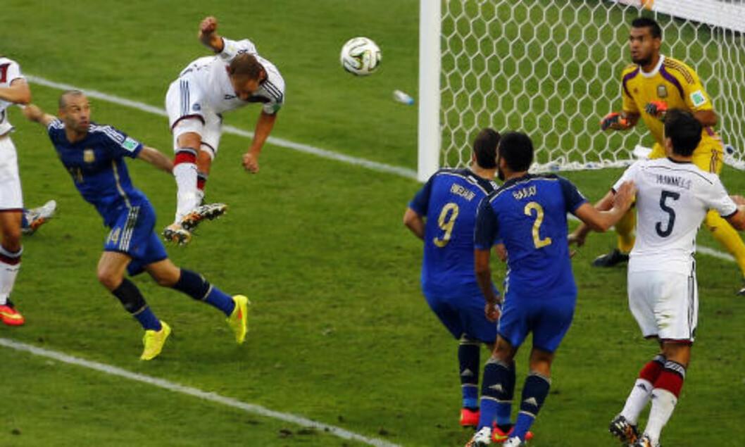 <strong> OFRET ALT:</strong>  Benedikt Hoewedes stanger ballen i stanga på overtid i første omgang. Foto: NTB Scanpix