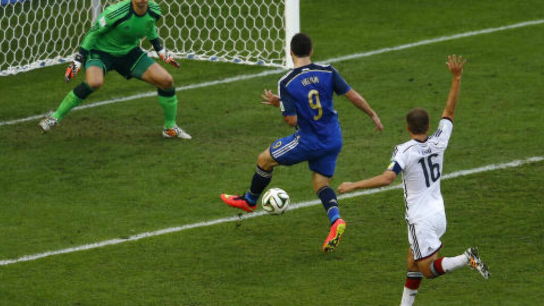<strong> OFFSIDE:</strong>   Gonzalo Higuain puter ballen i mål, men blir korrekt avblåst for offside. Foto: NTB Scanpix