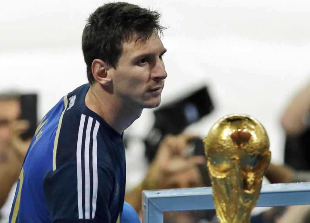 <strong>SÅ NÆRT, MEN AKK SÅ FJERNT:</strong> Nærmere VM-tittelen kommer man ikke, men Messi fikk utmerkelsen som mesterskapets beste spiller som plaster på såret. Foto: AP Photo/Hassan Ammar