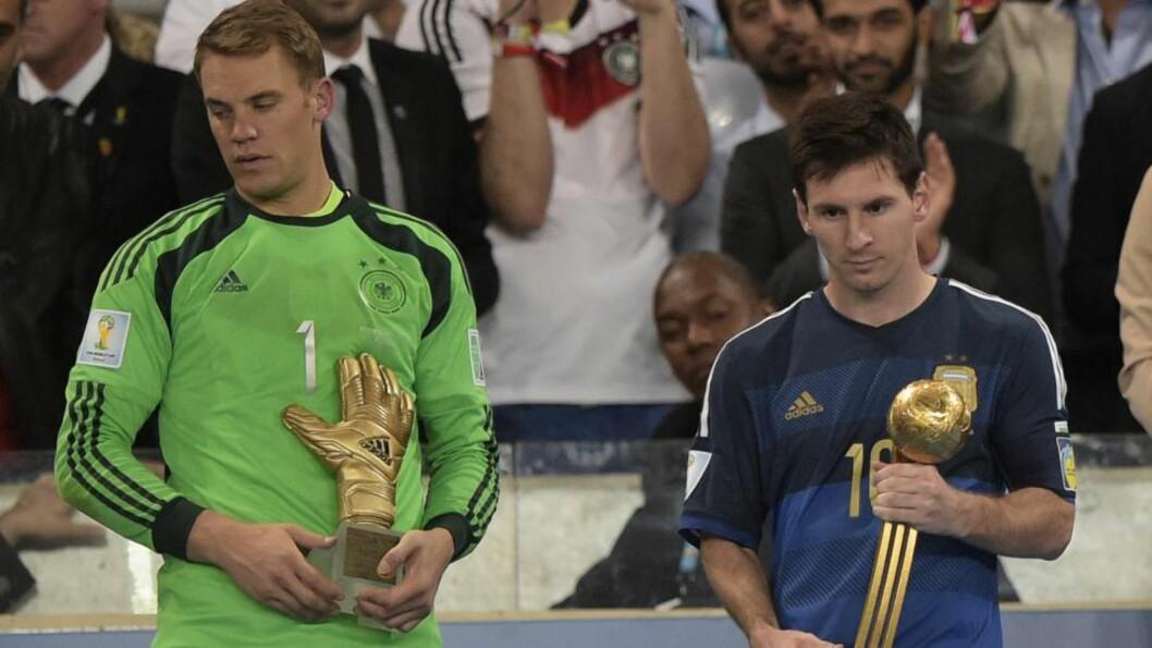 <strong> SMILTE IKKE:</strong>  Lionel Messi vant gullballen, uten at det så ut til å glede argentineren. Mange mener at Messi ikke fortjente prisen. Manuel Neuer (t.v) vant prisen for mesterskapets beste keeper. Foto: AFP PHOTO / JUAN MABROMATA