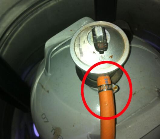 <b>KOBLING</b> Pass på at alle koblingene er helt tette før du bruker grillen. Foto: KAROLINE BRUBÆK