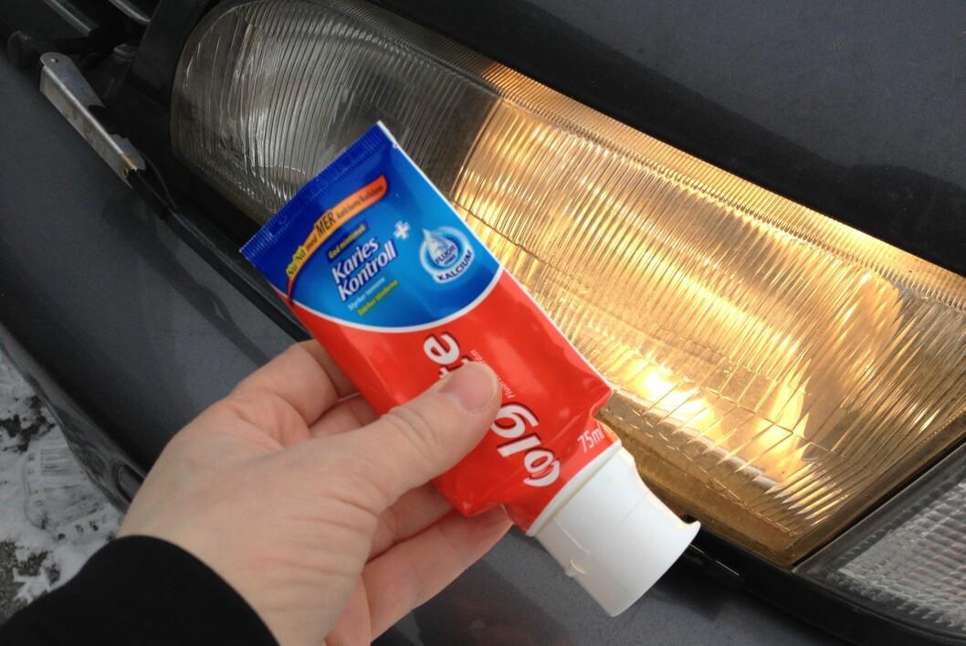 <strong><b>BEDRE SIKT:</strong></b> Tannkrem skal fungere fint for å rengjøre frontlyktene. Foto: BERIT B. NJARGA