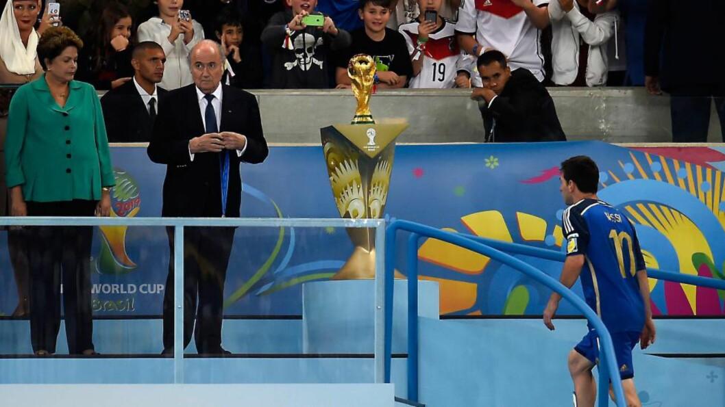 <strong>OVERRASKET:</strong> Fifa-president Sepp Blatter forteller at han var overrasket da han så at det var Lionel Messi som kom opp trappa for å motta Gullballen - prisen til VMs beste spiller - etter finaletapet mot Tyskland i går kveld. Foto: Odd Andersen, AFP / NTB Scanpix