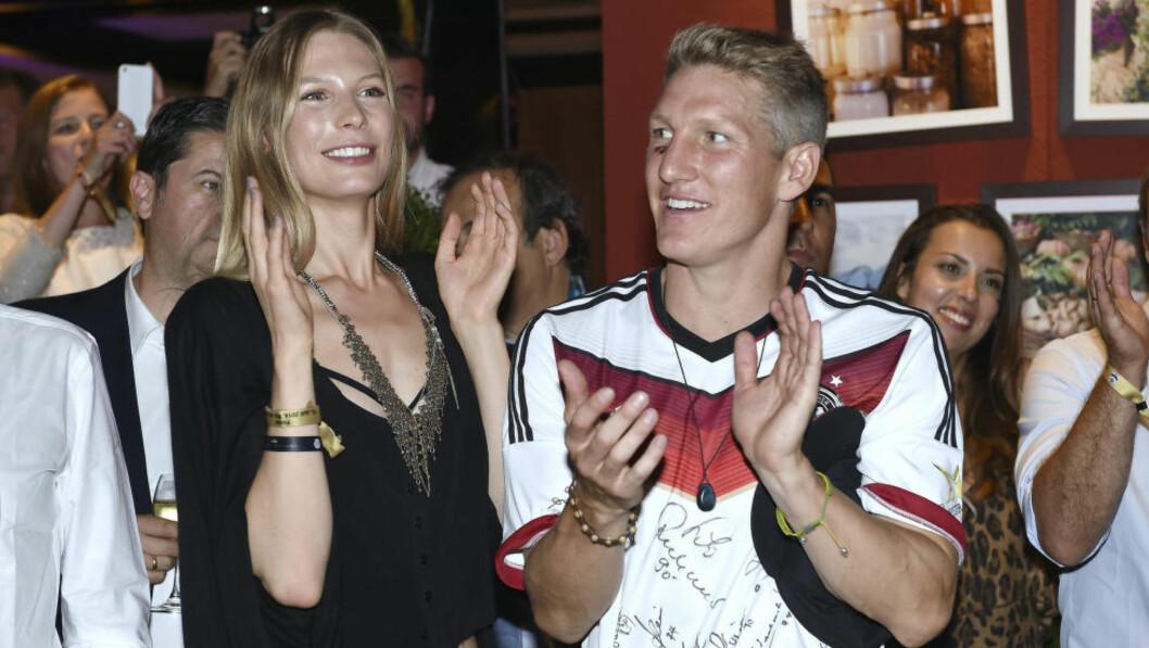 <strong>KJÆRESTER:</strong>   Bastian Schweinsteiger og Sarah Brandner feirer VM-gullet på hotell Sheraton i Rio de Janeiro. FOTO: NTB SCANPIX