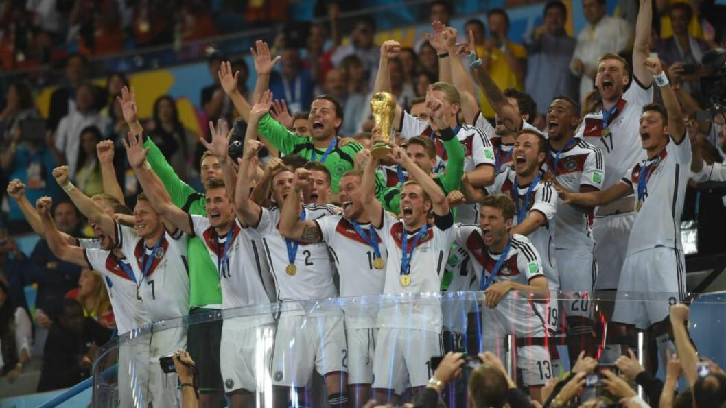 <strong> VELFORTJENT HYLLEST:</strong>  De tyske spillerne returnerer i dag til Berlin. Der skal VM-heltene hylles av det tyske folk. Foto: AFP PHOTO / PATRIK STOLLARZ/NTB SCANPIX