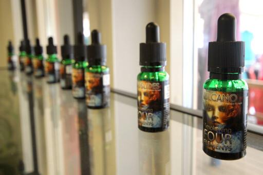 ULOVLIG: For å dampe med nikotin trenger du slik nikotinholdig væske, ofte kalt juice. Den kan ikke selges i Norge, men selges i Sverige. Foto: OLE PETTER BAUGERØD STOKKE