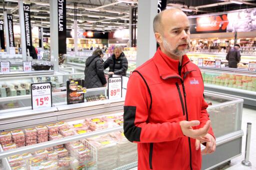 HIVER SEG PÅ: Butikksjef Ole Jørgen Lind på Maximat Nordby er en av dem som selger e-sigaretter til nordmenn i Sverige. Foto: OLE PETTER BAUGERØD STOKKE