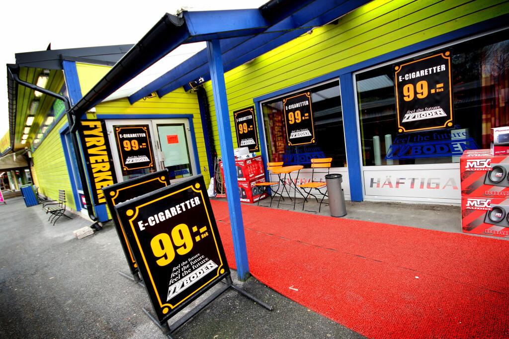 STORE TYPER: Etter at Svinesunds Damputstyr dukket opp, har blant annet TV-boden like bortenfor også tatt inn tobakkalternativet. Foto: OLE PETTER BAUGERØD STOKKE