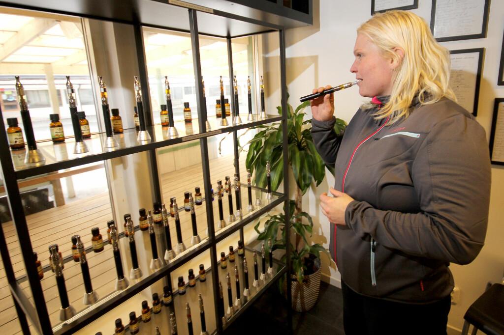<b>FERSK DAMPER: </b>Halla Høgnadottir tok turen til Sverige for å bytte ut røyk med damp. I Norge får hun ikke kjøpt den nikotinholdige væsken.  Foto: OLE PETTER BAUGERØD STOKKE