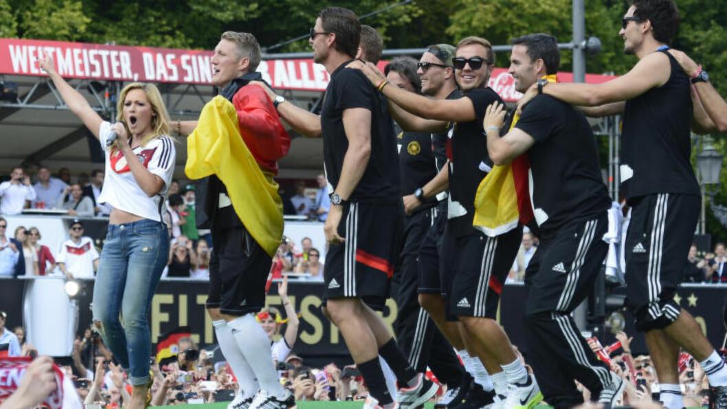 <strong> SANG OG DANS:</strong>  Artisten Helene Fischer sammen med flere av de tyske VM-vinnerne showet foran nesten en halv million mennesker. Foto: AP Photo/Jens Meyer.