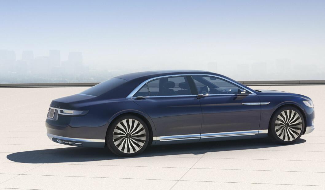 <strong><b>ELEGANT:</strong></b> Sett fra denne vinkelen er det lite kontroversielt over linjeføringen på Lincoln Continental Concept. Foto: LINCOLN