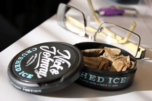 KOSTBART: Kjøper du en slik snuspakke i Norge, er omlag 24 kroner av prisen tobakkavgift. I Sverige er avgiften under halvparten. Foto: OLE PETTER BAUGERØD STOKKE