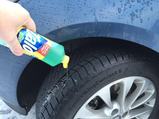 SÅPEVANN: Vask dekkene jevnlig med såpevann for bedre feste, spesielt om du kjører på saltede veier. Foto: FRED MAGNE SKILLEBÆK