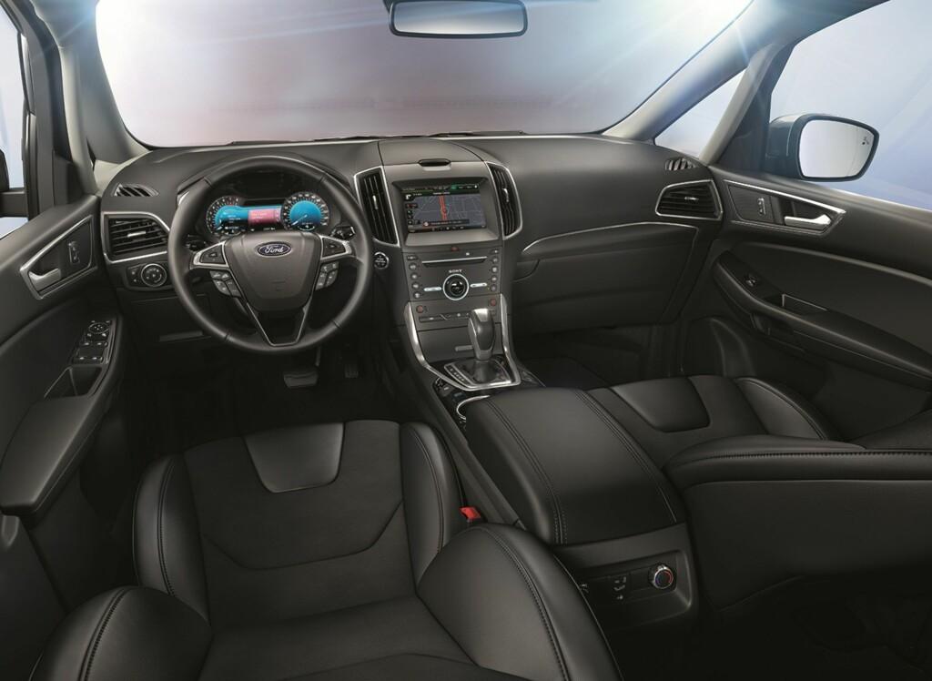 ET TRYGT STED: Interiøret i nye Ford S-Max minner naturlig nok mye om det i Mondeo, men med en høyere sittestilling.Mengden med assistansesystemer som nå er tilgjengelig er rett og slett imponerende! Foto: FORD