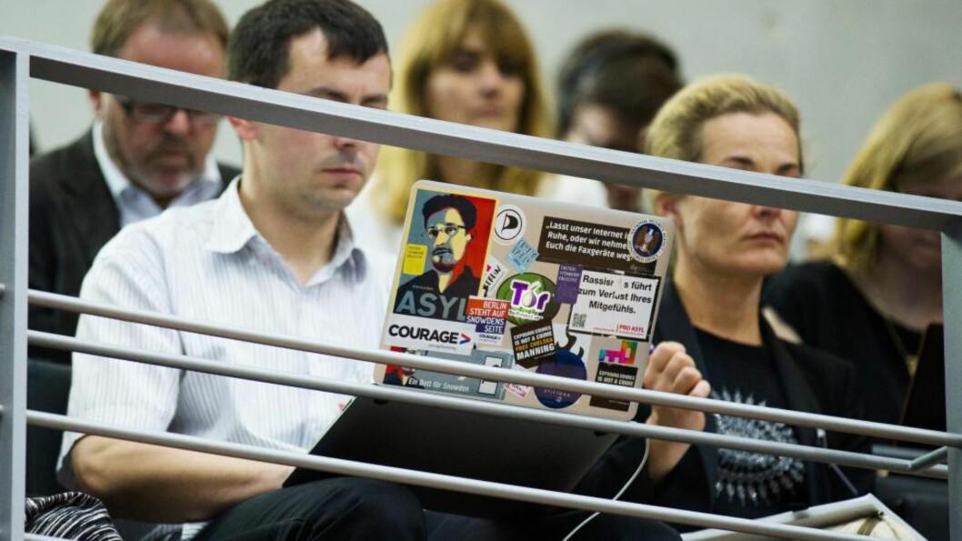 <strong>Personvern:</strong> Opplysningene om amerikansk overvåking av tyske borgere og til og med forbundskansler Andrea Merkel satte en støkk i tyskerne. Her sitter en tilhører med Edward Snowdens portrett på laptopen mens han lytter til en parlamentarisk undersøkelse om NAS? aktivitet i Tyskland. Foto: Reuters/NTB Scanpix
