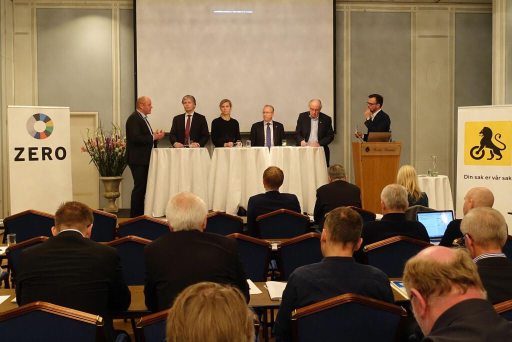 <b>SAMSTEMT:</b> Både politikere, NAF og miljøorganisasjonen Zero er enige om at det må fortsette å være lønnsomt å kjøre elbil. Bildet er fra NAF og Zeros frokostmøte 17. mars. Fra venstre: Stig Skjøstad (administrerende direktør i NAF), Ola Elvestuen (V), Marianne Marthinsen (Ap), Gjermund Hagesæter (Frp), Svein Flåtten (H) og Marius Holm, leder i Zero.  Foto: KNUT MOBERG