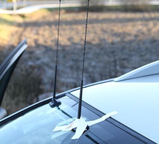 <strong><b>ETTERMONTERT:</strong></b> Det går an å få til en penere løsning enn dette. 28 prosent av de spurte i Digitalradio-undersøkelsen svarte at de har en ettermontert løsning i bilen i dag. Foto: RUNE M. NESHEIM