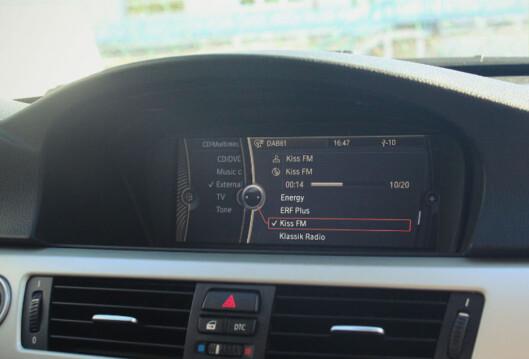 <strong><b>FØLGER MED:</strong></b> I dag har svært mange nye biler DAB integrert som tilbud i audio-displayet. Foto: BMW