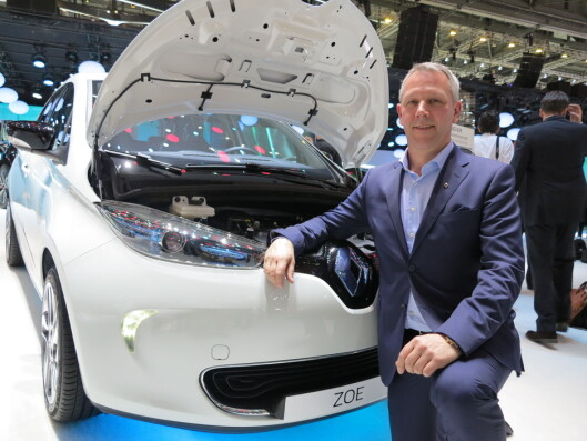 <strong><b>SIKTER MOT VEKST:</strong></b> Administrerende direktør i Renault Norge, Anders Gadsbøll, viser frem fornyet Zoe i Genève. Foto: FRED MAGNE SKILLEBÆK