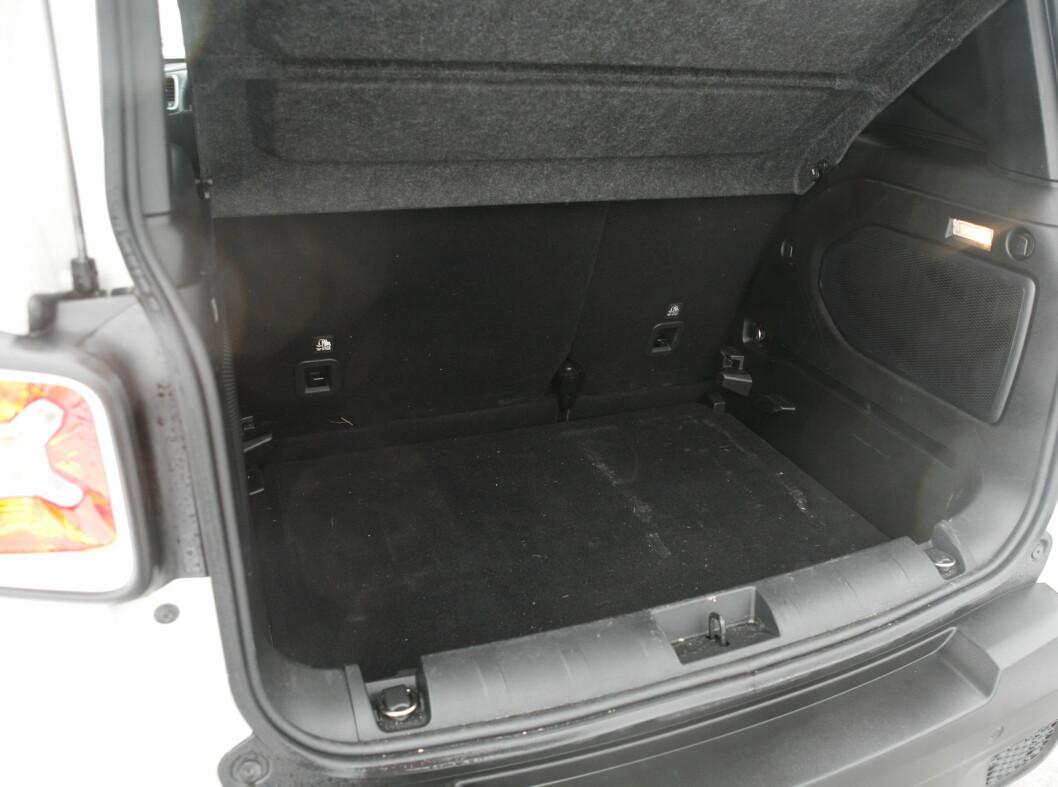 <strong><b>LITT SNAUT:</strong></b> Bagasjerommet rommer 351 liter før du legger ned baksetet. Det er omtrent 120 liter mindre enn bagasjerommet på konkurrent VW Tiguan.  Foto: KNUT ARNE MARCUSSEN