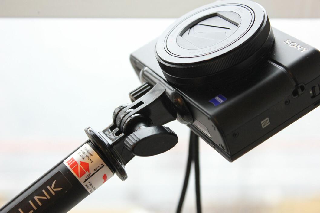 <strong><b>IKKE BARE TIL MOBILEN:</strong></b> Selfiestanga kan også brukes til det vanlige kameraet ditt. Foto: KIRSTI ØSTVANG