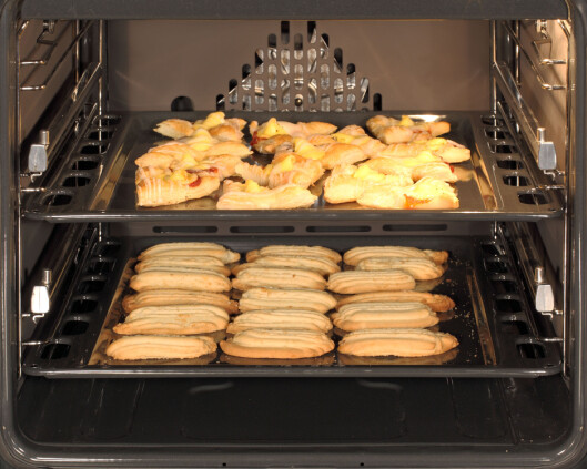 <strong><b>TO I ÉN:</strong></b> Med varmluftsovn kan du bake eller varme to brett samtidig. Foto: ALL OVER PRESS