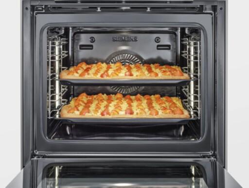 4D VARMLUFT: Navnet er misvisende, men resultatet burde bli bra: Et nytt viftesystem gjør at det ikke skal spille noen rolle hvor i ovnen du plasserer maten. Se hva 3D-varmluften gjør Foto: SIEMENS