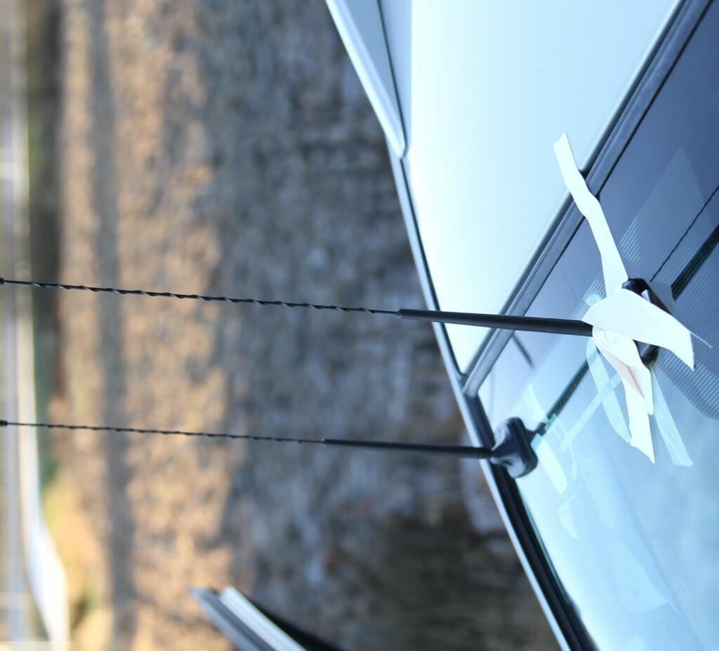 INDUKSJON: Glassantenner med pisk monteres med dobbeltsidig tape med en utvendig og en innvendig del.  Foto: RUNE M. NESHEIM
