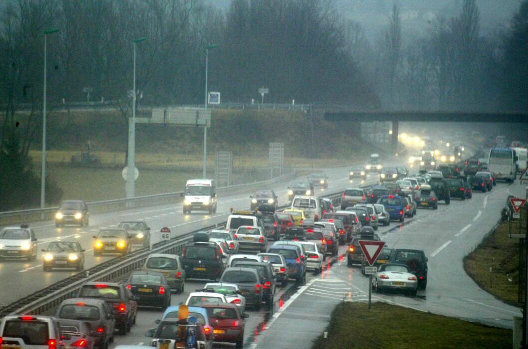 <strong><b>HELSEFARLIG:</strong></b> Særlig nå om vinteren er konsentrasjonen av svevestøv og nitrogenoksider ofte foruroligende høy. Snart vil kommunene få anledning til å innføre restriktive tiltak mot forurensende kjøretøy, etter nye vedtak i Stortinget. Foto: COLOURBOX