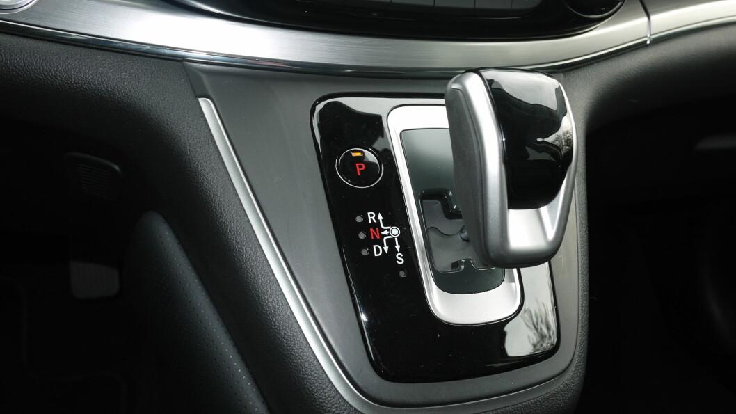 <strong><b>NI TRINN:</strong></b> Girspaken ser litt Prius ut, men selve automatkassen med ni trinn fungerer upåklagelig.  Foto: LORD ARNSTEIN LANDSEM