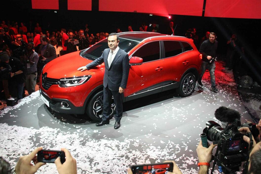 <strong><b>VIKTIGSTE MODELL PÅ LENGE:</strong></b> Toppsjefen selv, Carlos Ghosn, viser stolt frem sin nye baby. Nå har han to biler i denne svært viktige klassen: Nissan Qasqai og Renault Kadjar. Renault var fraværende fra denne bilklassen. Foto: KNUT MOBERG