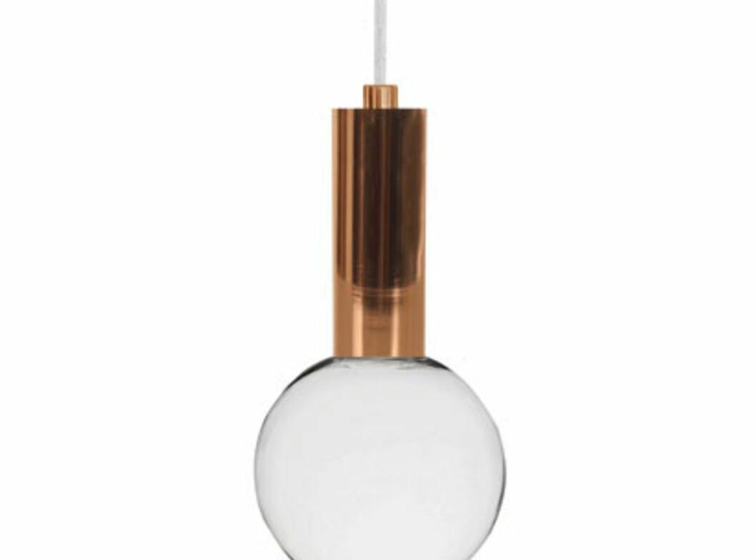 <strong><b>METALLISK:</strong></b> Bohus har lampeoppheng med ulike metalliske kvaliteter, som denne i kobber. Koster 259 kroner. 1,4 meter tekstilledning. Foto: BOHUS