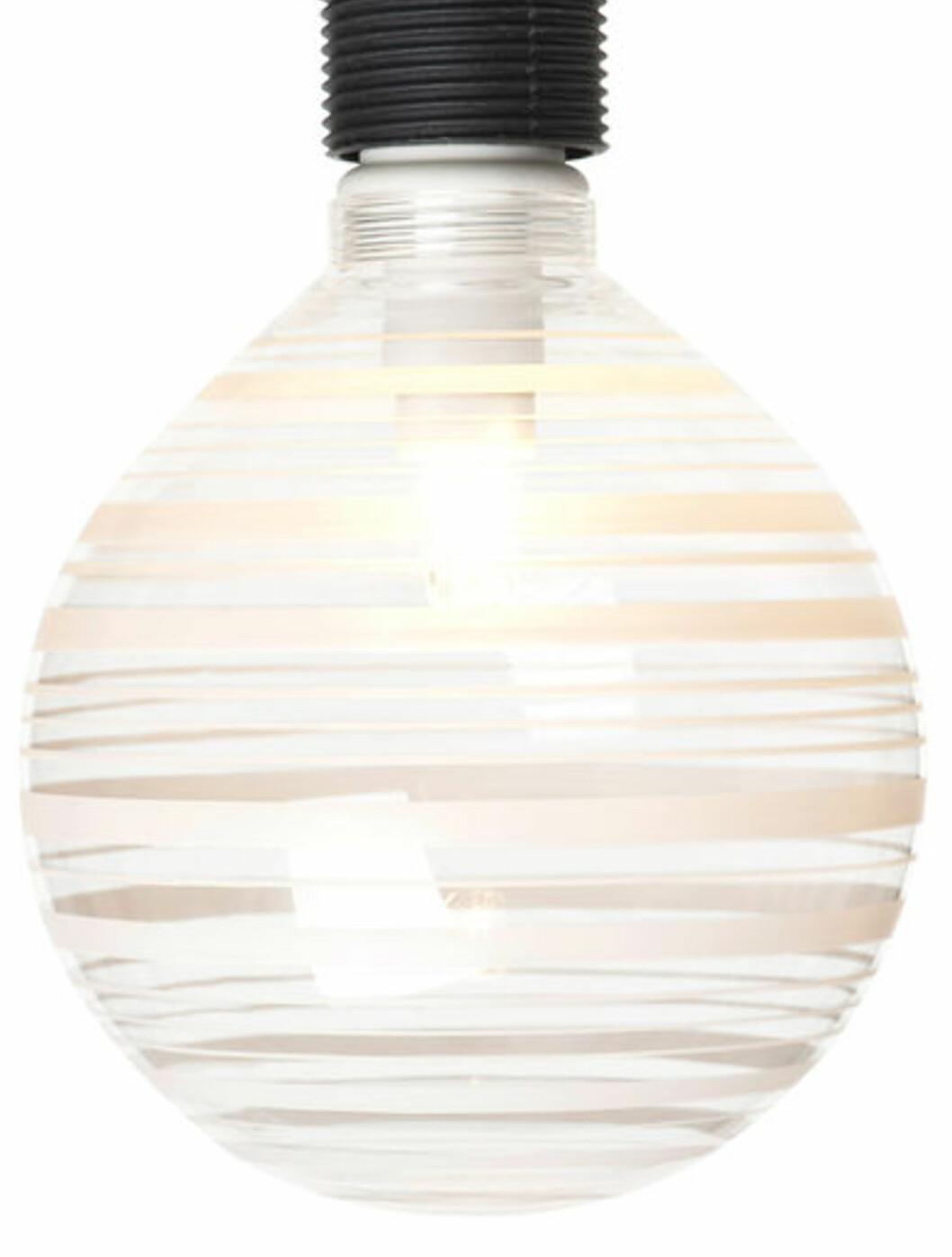 <strong><b>MØNSTRETE LAMPE:</strong></b> I likhet med Clas Ohlson, har også Rusta slike mønstrete lamper (lyspærer) - i ulike mønster. 12 cm i diameter. Koster 69 kroner hos Rusta. Foto: RUSTA/MATS LILJEDAHL