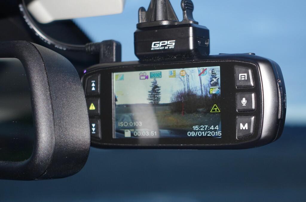 <B>SIKRER BEVIS:</B> Stadig flere ønsker å filme kjøreturen. Enten for å sikre bevis under en ulykke, eller å fange opp ekstraordinære hendelser. Nylig ble film fra et slikt kamera brukt for å avdekke forsikringssvindel etter en utforkjøring i Drammen. Foto: RUNE M. NESHEIM