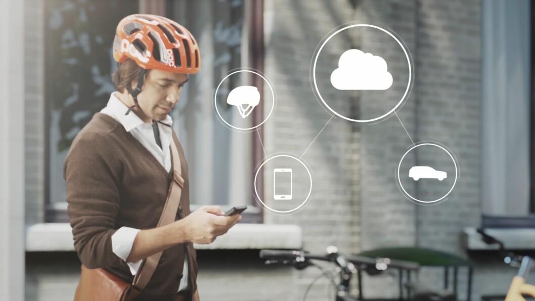 <strong><b>VIA SKYEN:</strong></b> Via en mobil-app kobler hjelmen til skyen - som igjen er koblet til Volvos varslingssystem. Foto: VOLVO