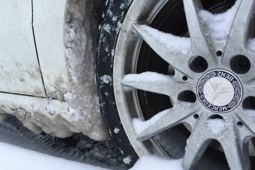 <b>KAN ØDELEGGE:</b> Isvullene kan ødelegge innerskjermer, og forårsake mye fukt i garasjen.  Foto: Fred Magne Skillebæk