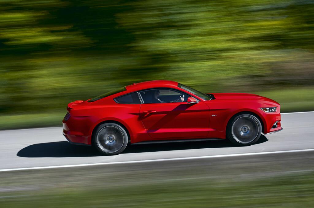 STOR BIL: Ford Mustang måler opp mot 5 meter, og er en større bil enn mange av dens europeiske konkurrenter. Likevel er den svært dynamisk.  Foto: Ford