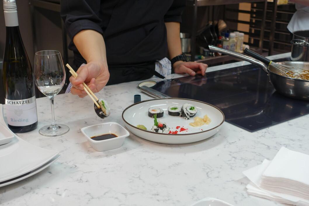 <strong><b>MAKI:</strong></b> Smør litt wasabi på toppen, og dypp litt av den andre siden i soyasausen. For mye soya tar smaken fra resten av rullen.  Foto: ELISABETH DALSEG