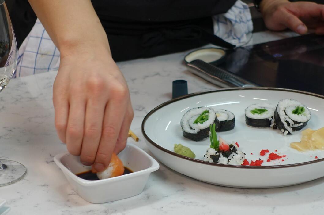 <strong><b>BRUK HENDENE:</strong></b> Nigiri og tamari spises tradsjonelt med hendene. Og det er fisken, ikke risen, som skal i soyasausen. Foto: ELISABETH DALSEG