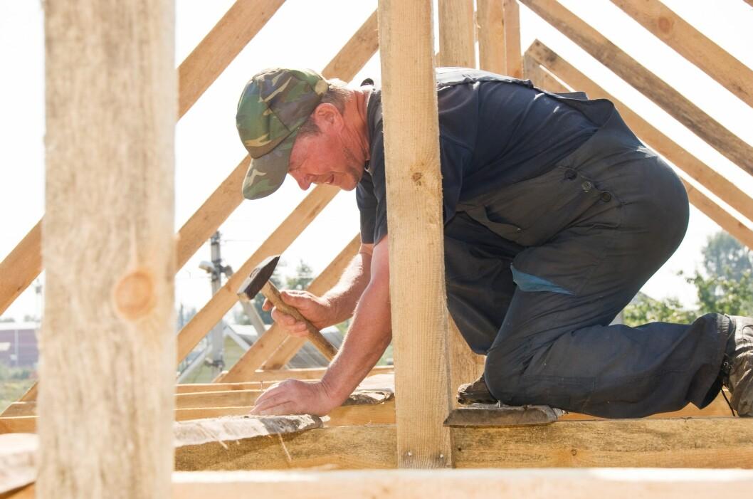<b>VENT TIL 1. JULI:</b> Skal du bygge garasje, uthus eller levegg i sommer? Venter du til 1. juli, kan du slippe å søke eller spørre naboen. Foto: ALL OVER PRESS