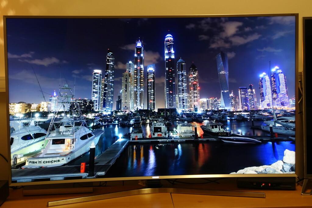 <b>NYDELIG:</b> Gi denne TV-en 4K-innhold og du vil bli imponert - for her er det meste på plass. At båten nederst til venstre har et såpass harry navn får vi heller late som vi ikke la merke til ... Foto: ØYVIND PAULSEN